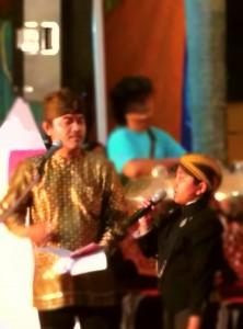 Athan, saat ditantang menyanyi Keroncong oleh Pembawa Acara